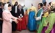 박대통령, 한복 입은 이란 젊은이 대화