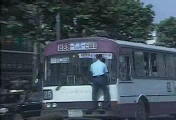 강한 자만 살아 남을 수 있었던 세기말 버스.gif