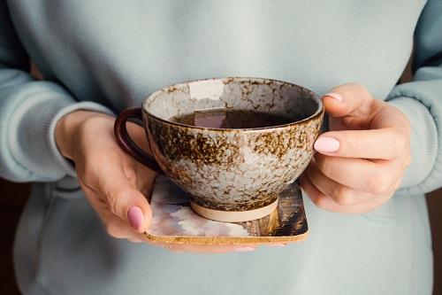 커피 대신 마시면 좋은 카페인 없는 차 6가지 - 마...