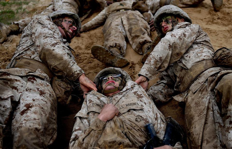 극한 훈련으로 악명 높은 미 해병대가 되는 방법 -...
