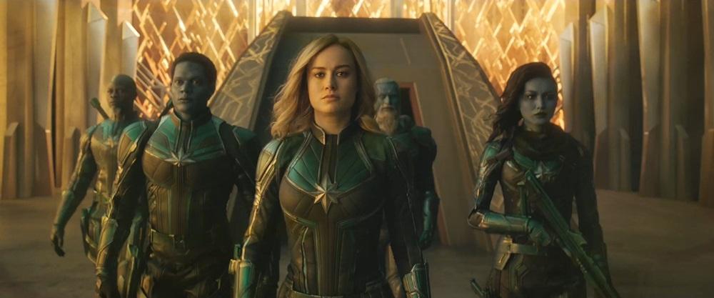 보이지 않는 유리 장벽을 깨나 가는 캡틴 마블