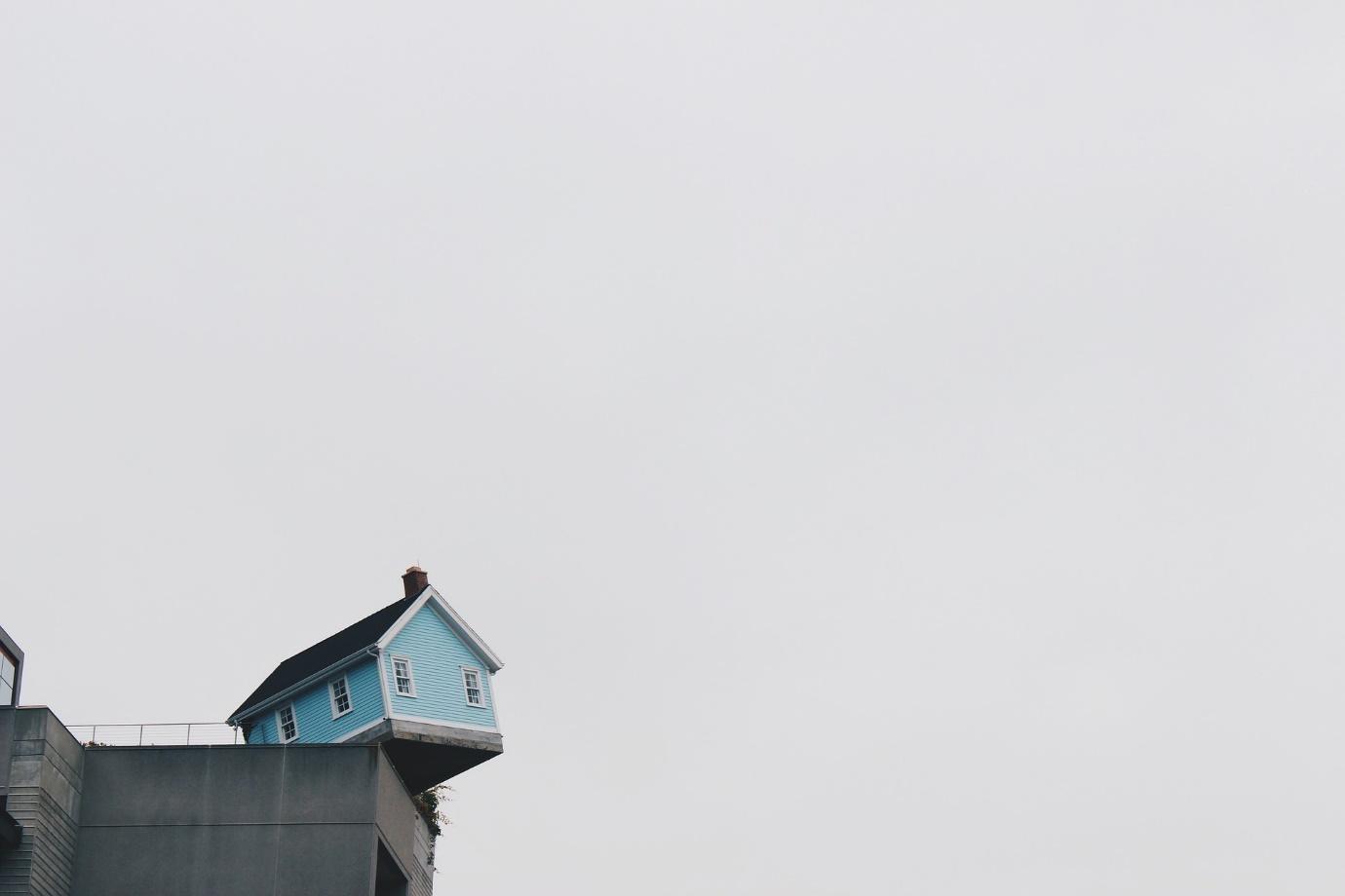 고시원에 살고 있다.