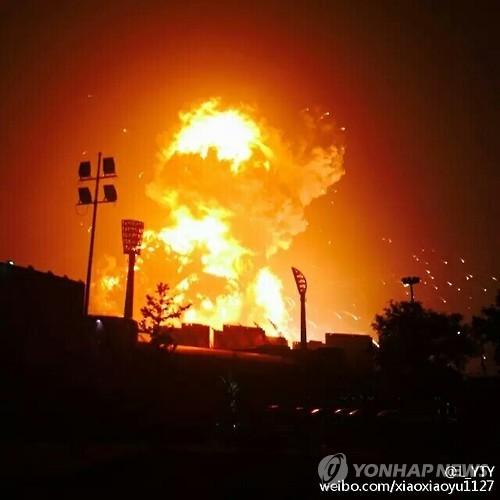 중국 동북부 톈진(天津)항에서 지난 12일 오후 11시30분(현지시간)께 대형 폭발사고가 발생한 사고 당시의 참혹했던 모습 (웨이보 캡처)