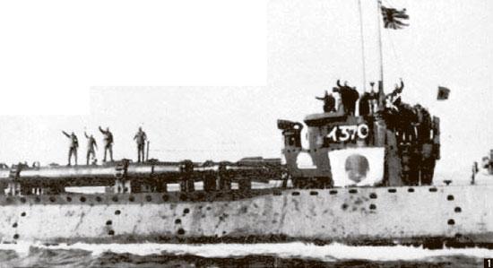 ① 인간 어뢰 가이텐 출정과 결별. 잠수함 갑판에 실린 가이텐 위에서 탑승원들이 손을 흔들고 있다. [중앙포토], [박보균 대기자]