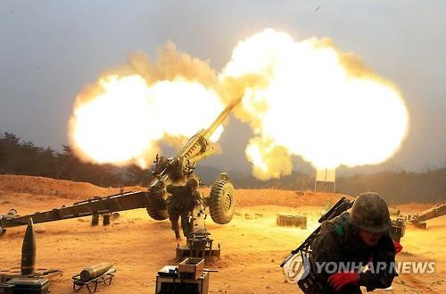 """軍, 북쪽으로 155㎜ 포탄 수십발 대응 사격     (서울=연합뉴스) 북한군이 20일 서부전선에서 로켓을 발사하고 우리 군이 포탄 수십발을 대응 사격했다.     군 관계자는 이날 """"북한군이 오후 3시 25분께 로켓포로 추정되는 포탄 1발을 경기도 연천군 중면 지역으로 발사한 것을 감지 장비로 포착했다""""고 밝혔다. 그는 """"우리 군은 북한군이 로켓포를 발사한 원점 지역으로 155㎜ 포탄 수십여발을 대응 사격했다""""고 덧붙였다. 사진은 우리군이 운용중인 155mm 견인포의 훈련사격 모습."""