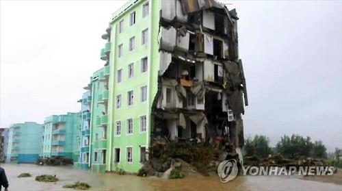 홍수로 찢겨나간 나선시 아파트     (서울=연합뉴스)  북한 조선중앙통신이 폭우를 동반한 제15호 태풍