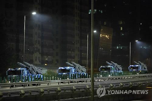중국 군사 퍼레이드 막바지 준비     (베이징 AP=연합뉴스) 3일(현지시각) 중국 군 트럭이 베이징 거리를 따라 달리고 있다. 이날 중국은 일본의 2차대전 항복 70주년을 기념해 베이징에서 대규모 군사 퍼레이드를 할 예정이다.