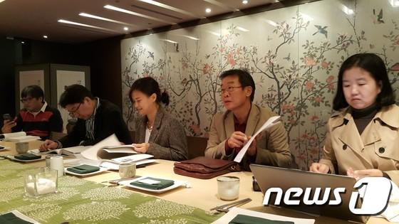 판화가 이철수씨(오른쪽에서 두번째)가 15일 을지로의 한 식당에서 자신의 신작판화전 '네가 그  봄꽃 소식 해라'에 대해 기자들에게 설명하고 있다.© News1