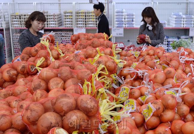 채소 가격이 등락을 거듭하고 있는 가운데, 3일 오전 하나로클럽 양재점에서 고객들이 양파를 살펴보고있다. 이상섭 기자/babtong@heraldcorp.com