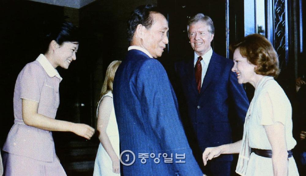 1979년 7월 1일 청와대에서 박정희 대통령(가운데)과 영애 박근혜(현 대통령)가 한국을 떠나는 카터 대통령 가족과 인사를 나누고 있다. 오른쪽은 카터 대통령의 부인 로절린 여사, 왼쪽 둘째는 딸 에이미. 박 대통령은 2박3일 일정으로 방한한 카터 대통령과의 회담에서 주한미군 철수 문제를 놓고 공박을 벌였다. [중앙포토]