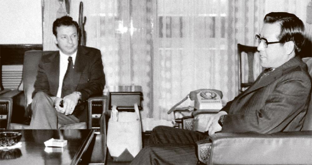 """1975년 4월 2일 김종필(JP) 국무총리가 방한한 도널드 프레이저 미 하원의원과 만나 이야기를 나누고 있다. 이 자리에서 프레이저는 """"민주화를 필리핀·파키스탄한테서 좀 배우라""""고 충고했고, JP는 """"민주주의를 지탱할 경제력이 없는 나라가 무슨 민주주의를 한다는 말이냐""""고 받아쳤다. [사진 국가기록포털]"""