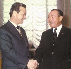 1973년 6월 14일 김종필 국무총리(왼쪽)가 일본 총리관저에서 다나카 가쿠에이 총리와 만나 인사를 나누고 있다. [사진 김종필 전 총리 비서실]