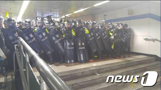 14일 오후서울 지하철 5호선 광화문역 통로를 경찰이 통제하고 있다. ? News1