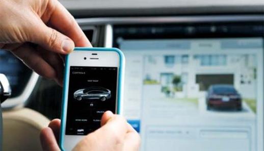 테슬라 디자인센터에서 애플 아이폰 앱으로 차량을 제어하는 기술을 시연하고 있다./조선일보DB