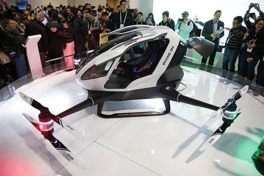 중국 드론 전문 기업 '이항'이 개발해 CES 2016에 선보인 1인용 비행기 '이항184'의 모습
