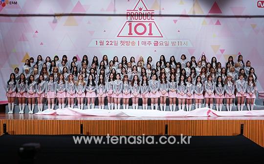 자진하차한 3명을 제외한 98명의 '프로듀스101'의 여자 연습생들이 21일 오후 서울 영등포구 여의도동 63컨벤션센터 그랜드볼륨에서 진행된 케이블채널 Mnet'프로듀스101′ 제작발표회에 참석해 포토타임을 갖고 있다.