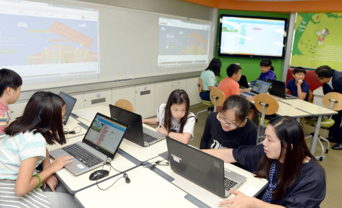 서울 한 초등학교에서 학생들이 SW 교육을 받고 있다.