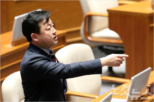 더불어민주당 은수미 의원의 무제한 토론 도중 새누리당 김용남 의원이 은 의원 발언 내용을 문제삼아 삿대질을 하며 토론 중단을 요구하고 있다. (사진=박종민 기자)