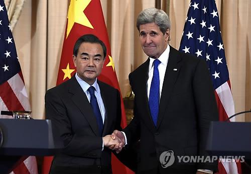 """미·중 '뿌리칠 수 없는 손'      (워싱턴 AP=연합뉴스) 존 케리 미국 국무장관(오른쪽)과 왕이 중국 외교부장이 23일(현지시간) 워싱턴 국무부 청사에서 악수하고 있다.      케리 장관과 왕 부장은 이날 워싱턴 국무부 청사에서 회담을 가진 뒤 공동 기자회견에서 """"대북제재 결의안과 관련한 논의에서 중대한 진전이 있다""""고 밝혔다.     lkm@yna.co.kr"""