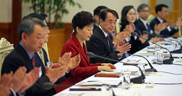 박근혜대통령이 24일 오전 청와대에서 열린 제8차 국민경제자문회의에 참석해 모두발언을 ㄴ마치자 참석자들이 박수를 치고 있다. 홍인기기자 hongik@hankookilbo.com