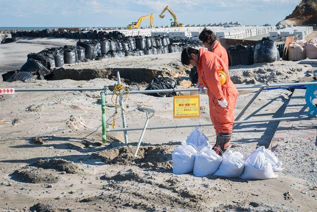 후쿠시마 사고 4주기였던 지난해 3월 후쿠시마 노동자들이 사고로 희생된 이들을 기리는 묵념을 하고 있다. 피에르 엠마뉴엘 델레트헤 프리랜서기자 pe.deletree@gmail.com