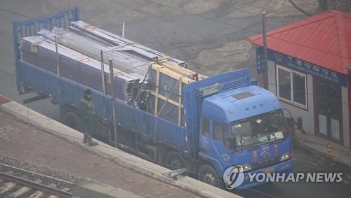 중국 랴오닝성에서 북한으로 가는 화물차량 [연합뉴스 자료사진]