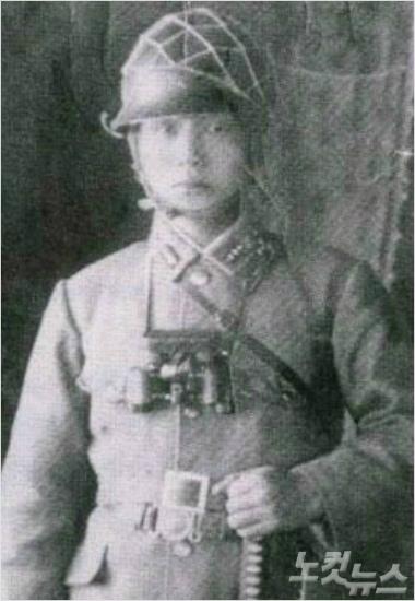 만주군 예비소위 다카기 마사오(조선이름은 박정희). 일본 육사 졸업 후 2달간의 사관 견습을 마치고 소위로 임관하기 직전인 1944년 6월말 일본군 소조(상사) 복장을 입은 모습이다.