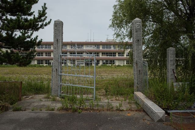 정문이 부서진 채 언제 돌아올지 모르는 학생들을 하염없이 기다리는 도미오카의 한 학교. 피에르 엠마뉴엘 델레트헤 프리랜서 기자 pedeletree@gmail.com