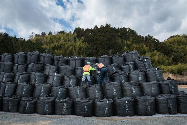 후쿠시마의 제염노동자들이 제염토를 담은 검은 자루들을 정리하고 있다. 후쿠시마에는 현재 원전에서 근무하는 노동자가 하루7,000여명, 제염노동자가 약 3~4만명에 이르는 것으로 알려졌다. 피에르 엠마뉴엘 델레트헤 프리랜서 기자 pedeletree@gmail.com