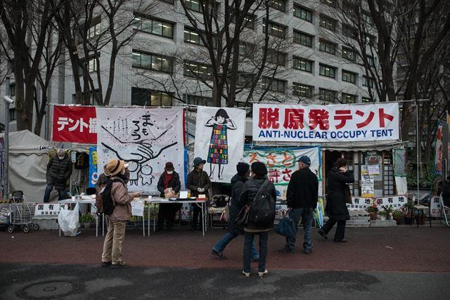 후쿠시마 사고 5주기를 맞은 11일, 도쿄 시민들이 경제산업성 앞에서 1644일째 농성 중인 천막에서 발길을 멈춘 채 메시지를 보고 있다. 이 천막 농성은 정부의 소송으로 1, 2심 철거명령을 받은 뒤 현재 대법원 판결만을 남겨두고 있다. 피에르 엠마뉴엘 델레트헤 프리랜서 기자 pedeletree@gmail.com