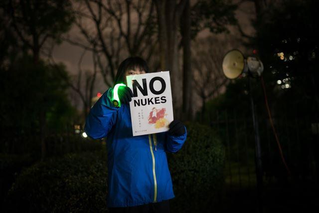 후쿠시마 사고 5주기를 맞은 11일, 한 시민이 원전 반대 메시지가 적힌 포스터를 들고 시위에 참가하고 있다. 이날 총리관저와 국회 앞에는 약 6,000명의 시민들이 모여 자유발언 및 원전 반대 구호를 외쳤다. 피에르 엠마뉴엘 델레트헤 프리랜서 기자 pedeletree@gmail.com