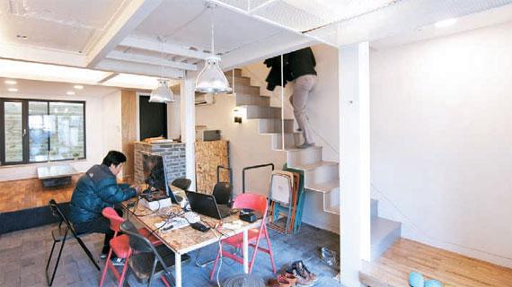 생활건축사무소의 사무실로 쓰는 1층.