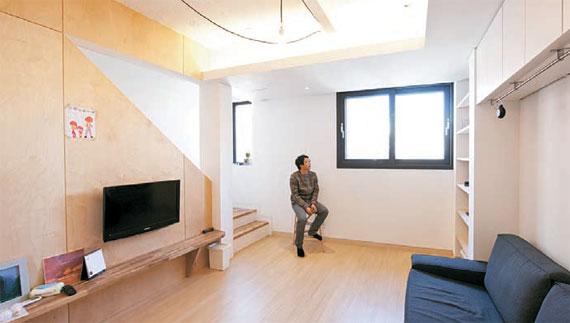 공용거실과 주방이 있는 2층.