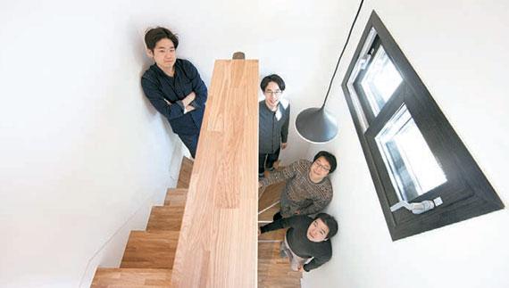 생활집은 수직으로 길다. 공간들이 계단으로 이어져 있다. 대지면적이 작아도 알찬 집을 지은 비결이다.