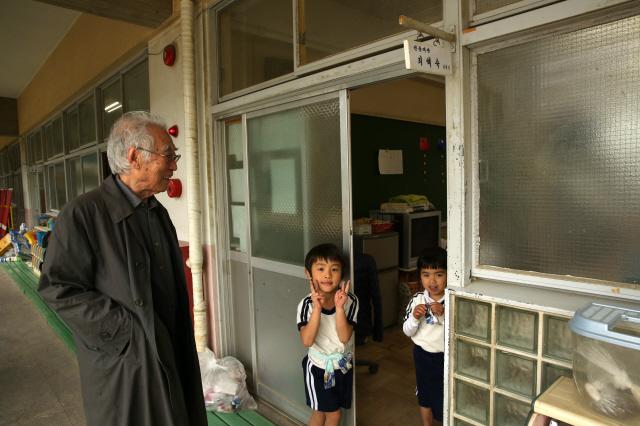 김석범 작가가 오사카조선제4초급학교(오사카 이쿠노구)에서 학생들과 이야기하고 있다.