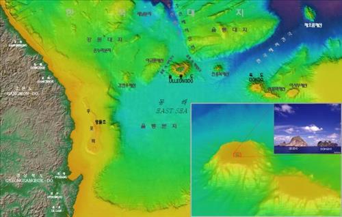 (부산=연합뉴스) 이영희 기자 = 국립해양조사원이 정밀측량한 자료를 토대로 만든 동해의 해저지형도. 울릉도와 독도 아래쪽에 전라남도보다 넓은 울릉분지가 펼쳐져 있다. 작은 그림은 바다 속에 있는 부분까지 포함한 독도의 전체 모습이다. 2016. 4.7 [국립해양조사원] lyh9502@yna.co.kr (끝)