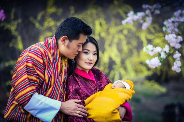 부탄 지그메 케사르 남기엘 왕추크 국왕과 제선 페마 왕비 부부가 지난 2월 낳은 아들을 안고 있다. 제선 페마 페이스북