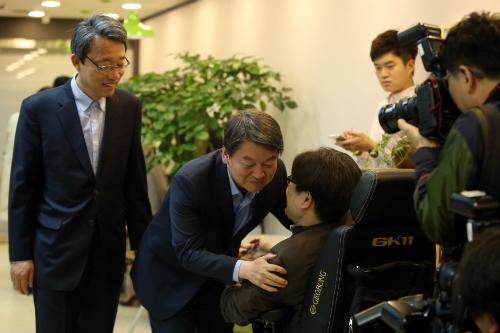 지난 14일 국민의당 안철수 상임공동대표가 선대위 회의를 위해 서울 마포 당사에 들어서며 정중규 부소장과 인사를 나누고 있다. (사진=황진환 기자/노컷뉴스)
