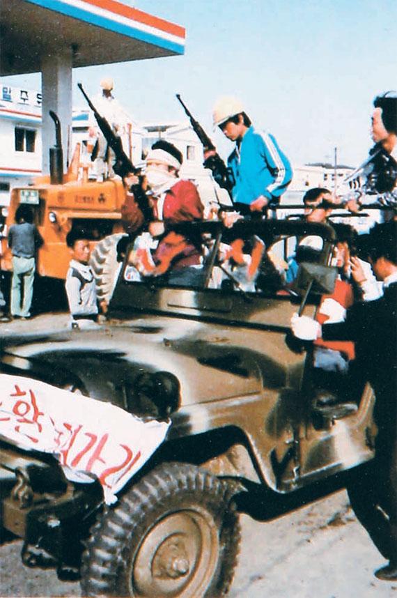 힌츠페터는 5·18 민주화운동 당시 목숨을 걸고 현장을 촬영했다. 사진은 계엄군에 맞서 무장하고 순찰에 나선 시민군. [사진 5·18기념재단]