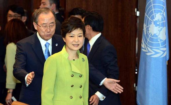 박근혜 대통령이 지난 2013년 5월 6일 뉴욕 유엔본부를 방문해 반기문 총장과 만나고 있다. 뉴욕/청와대사진기자단