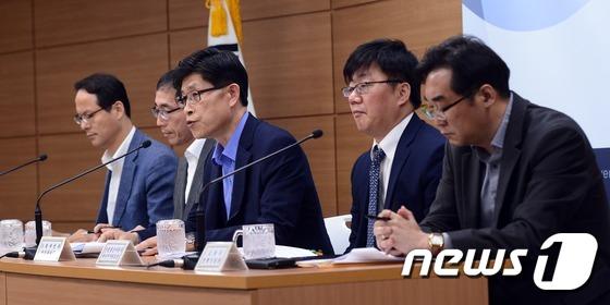 나향욱 교육부 정책기획관(사진 맨 오른쪽). 2016.6.14/뉴스1 © News1 장수영 기자