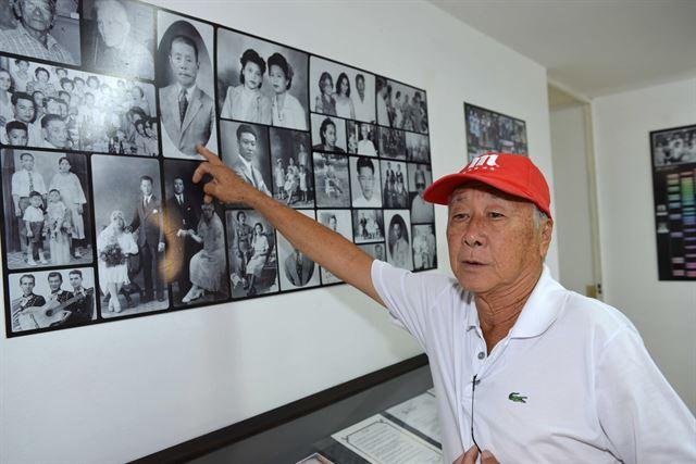 안토니오 김 쿠바한인회장이 '호세마르티 한국 쿠바 문화클럽'에서 멕시코를 넘어온 선조들의 사진을 설명하고 있다. 아바나(쿠바)=전준호기자 jhjun@hankookilbo.com/2016-06-14(한국일보)