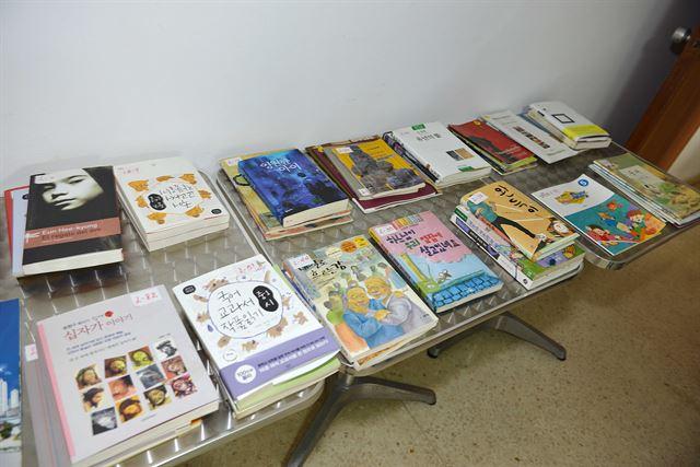 아바나 신시가지의 '호세 마르티 한국 쿠바 문화클럽' 한 방에 한국어 교재로 사용하고 있는 책들이 놓여 있다. 아바나(쿠바)=전준호기자 jhjun@hankookilbo.com/2016-06-15(한국일보)