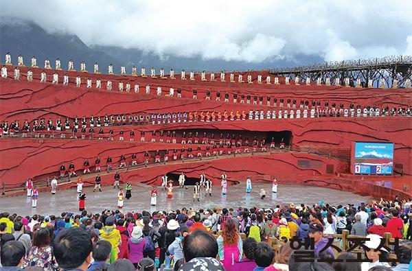 [헬스조선]옥룡설산을 배경으로 12층 높이의 야외공연장에서 펼쳐지는 장예모 감독의 가무극 '인상여강'.