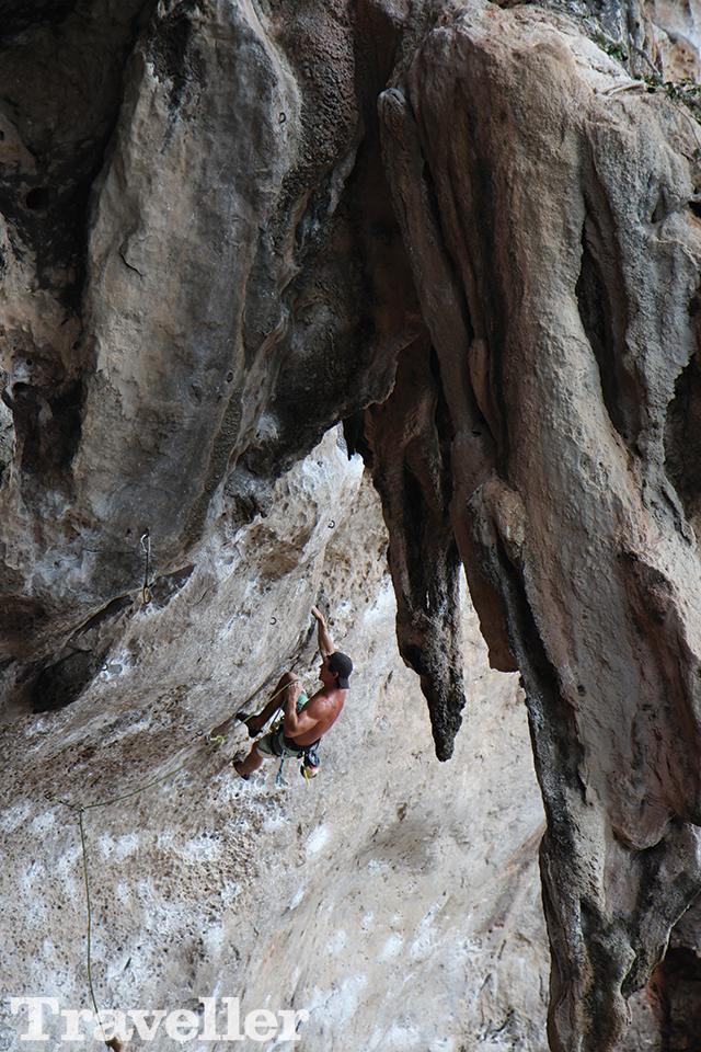 석회암 절벽에서 암벽 등반