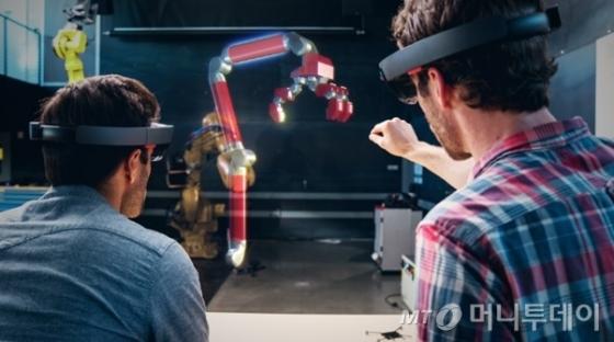 /마이크로소프트(MS)는 증강현실(AR)을 기반으로 한 홀로그램을 개발해 산업군에 적용하고 있다. /제공=MS