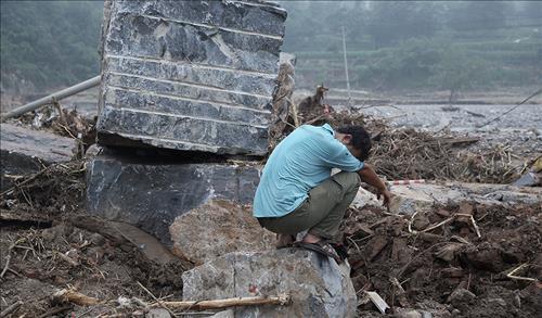 망연자실해 있는 중국 허베이성 징싱현 주민. 징싱현에서만 36명이 사망했고 35명의 생사가 여전히 확인되지 않고 있다.[봉황망 캡처]