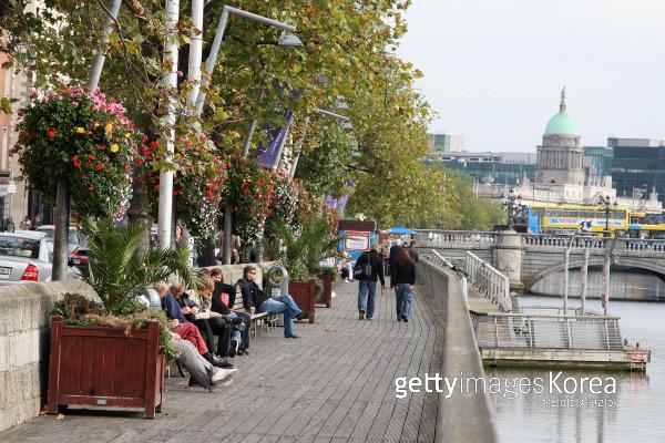 아일랜드 더블린에서 시민들이 강가 옆에서 쉬고 있다. Photo by Chris Jackson/Getty Images/이매진스