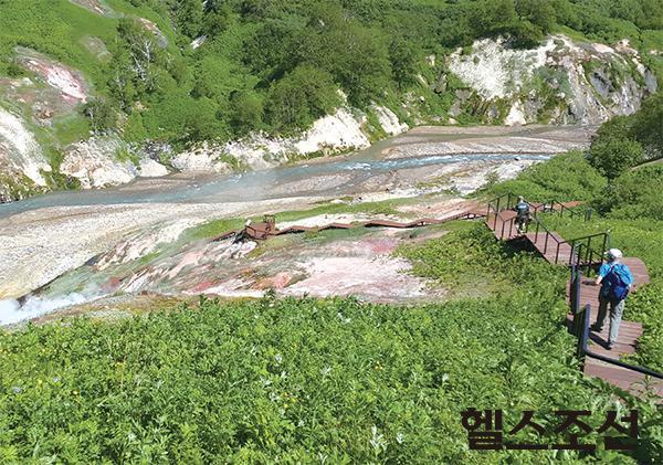 [헬스조선]헬기를 타야 갈 수 있는 캄차카 키흐피니쉬 화산 인근의 간헐천 계곡. 유네스코 세계자연유산 중의 하나이며, 세계에서 가장 긴 간헐천 중의 하나다.