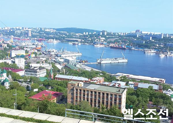 [헬스조선]러시아 극동의 중심지인 블라디보스토크 항구와 시내 전경.